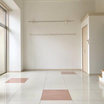 奥の壁にレールが付いているから壁に物が掛けられますよ◎(※写真は3階の同間取り別部屋のものです)