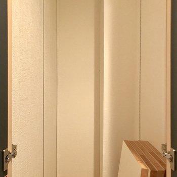 玄関部分にある収納。右下の板を好きな高さに設置して棚として使えます。(※写真は3階の同間取り別部屋のものです)