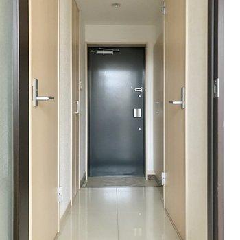 玄関部分もタイル床です。(※写真は3階の同間取り別部屋のものです)