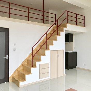 ロフトへの階段、かなりしっかりしてる。(※写真は3階の同間取り別部屋のものです)