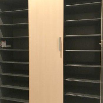 シューズボックス、なかなかの収納力!撮影の都合で閉じてますが、真ん中の扉も開きますよ。(※写真は3階の同間取り別部屋のものです)