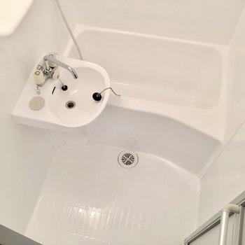 真っ白なお風呂は清潔感◎