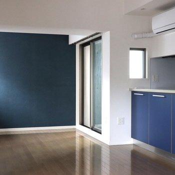 オフィス街の青い部屋