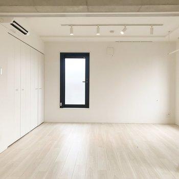 【Bedroom】奥のドアからルーフバルコニーに出ることができます。