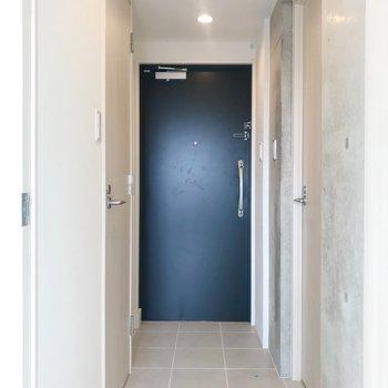 玄関はフラットに。右側がサニタリー、左側がトイレになります。