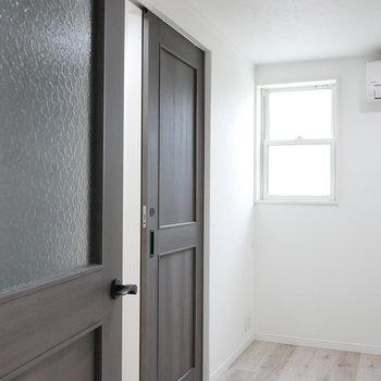 1階の洋室に。 ドアのディテールもいい感じ。