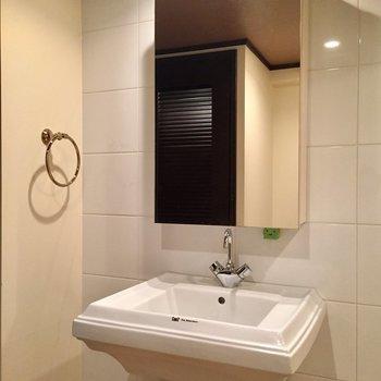 四角い洗面台はかっこいい!(※写真は10階の反転間取り別部屋のものです)