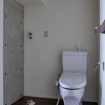 脱衣所に洗濯機置場と、トイレがあります。