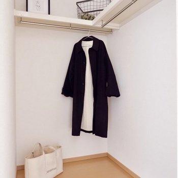 【洋室7.2帖】ウォークインクローゼットには2人の洋服を※家具・雑貨はサンプルです