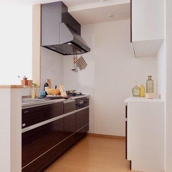 【LDK】キッチンはダークブラウンで落ち着いた印象に※家具・雑貨はサンプルです
