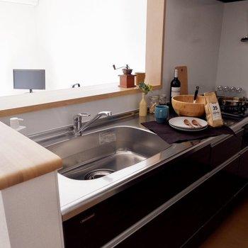 【LDK】シンクや調理スペースは広めなので、料理もしやすいですね※家具・雑貨はサンプルです