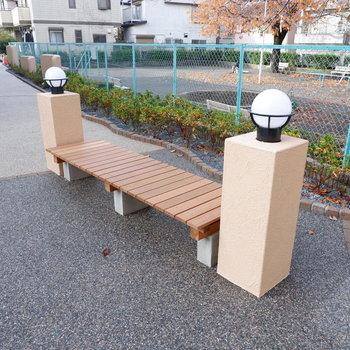 ベンチに座って仲良くおしゃべり