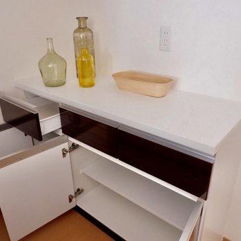 【LDK】後ろの収納にはコンセントがあるので、家電も置けます※家具・雑貨はサンプルです