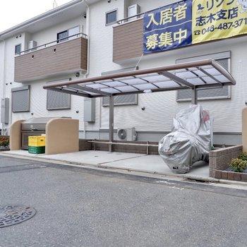 建物横にはバイク置き場もあります