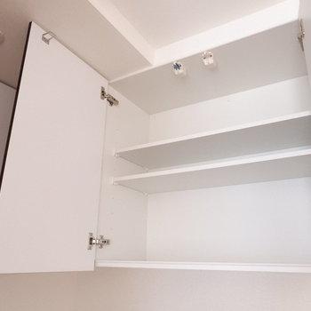 【LDK】調整可能な食器棚は地震の際にロックがかかるようになっています