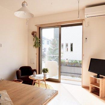 【LDK】窓側はリビングスペースに※家具・雑貨はサンプルです