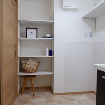 横のオープンクローゼットにはタオルなどを※家具・雑貨はサンプルです