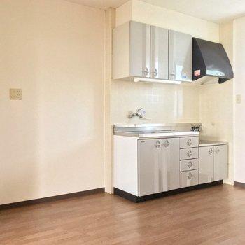 キッチン隣に洗濯機を置けます。こちらにも窓で明るい