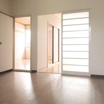 ダイニングから2つの洋室に行けます