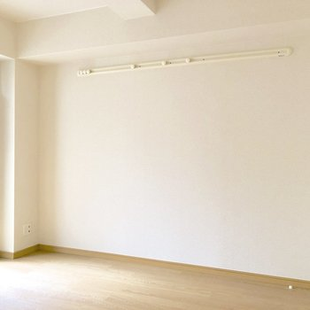 壁にはピクチャーレールが付いていて、お部屋に彩りを添えられます