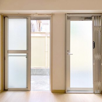 バルコニーへは窓からでも、ドアからでも出られます