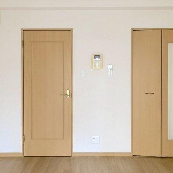 ホッと落ち着くドアの色です