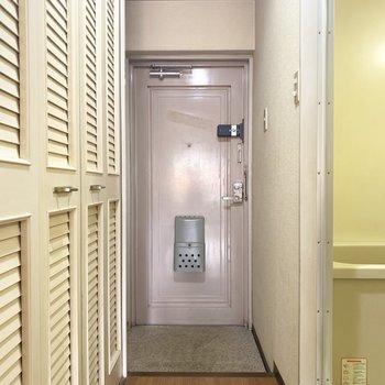 玄関は1人暮らし用って感じでちょうどいい広さかも(※写真のお部屋は清掃前のものです)