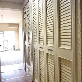 廊下にずらーりと扉たち。(※写真のお部屋は清掃前のものです)