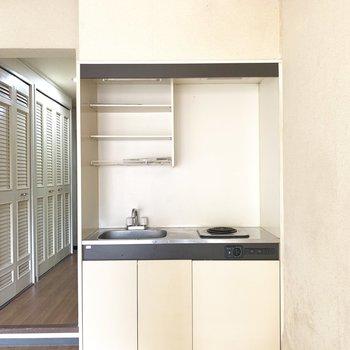 コンパクトなキッチンは洋室に。(※写真のお部屋は清掃前のものです)