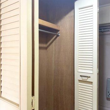1つ目の扉はクローゼット!容量大です(※写真のお部屋は清掃前のものです)