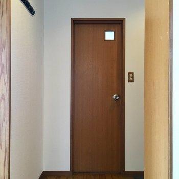 【4F】居室出て左にトイレ。