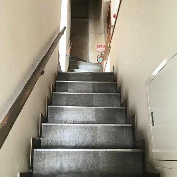 ビルを入って4階へ。この階段が空間を捻じ曲げてしまったようだ。