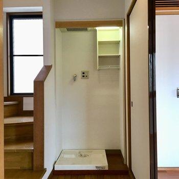 【4F】居室出て右に洗濯機置き場。