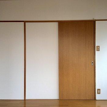 【5F】入り口は木の引き戸。