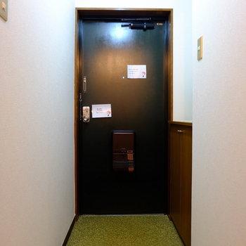 シックな色味の玄関扉。いい雰囲気出してます