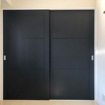 【洋室】扉の奥はリビングです。