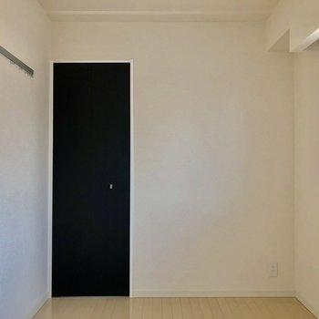 【洋室】コンパクトサイズの収納があります。