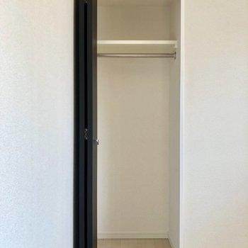 【洋室】丈の長いものもスッキリ入ります。