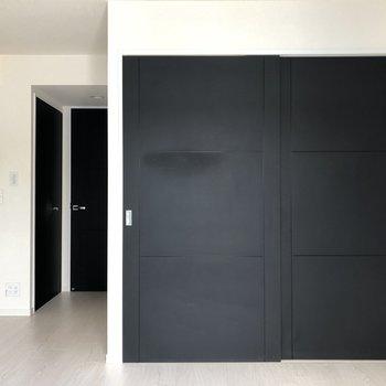 【リビング】右側の扉の奥にもう1つ洋室があります。