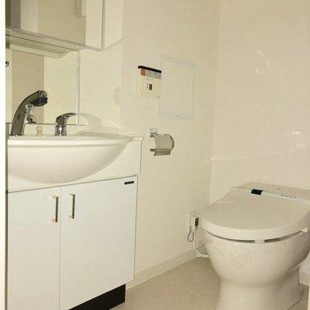 脱衣所の中にトイレがあります。※ 写真は通電前・フラッシュを使用しています