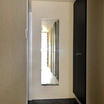 玄関には便利な鏡が。