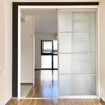 【洋室】仕切りを開けると、窓が対面するので風の通りがいいですよ。