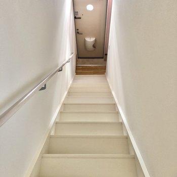 階段を下りて1階の玄関へ。