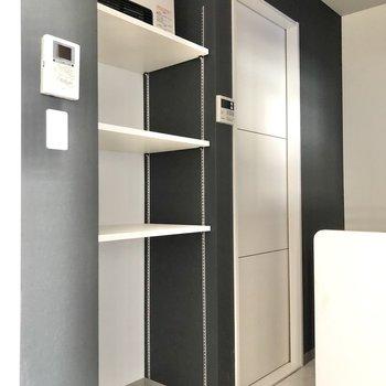 【LDK】キッチン前には収納棚付きです。※ガスヒーターは設備ではありません