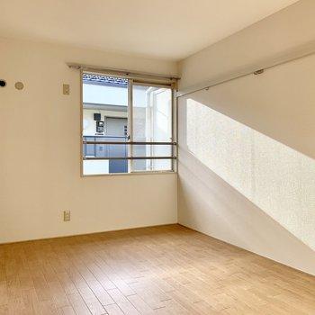 【北側洋室】サイドの壁にはピクチャーレール。※写真は前回募集時のものです