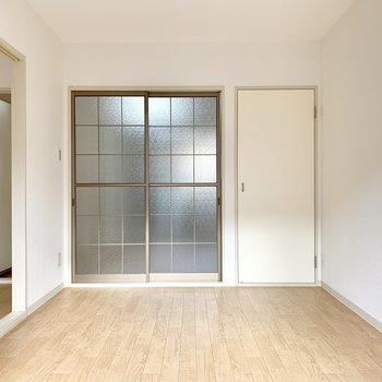 【南側洋室】こちらはリビングのように使えそう。※写真は前回募集時のものです