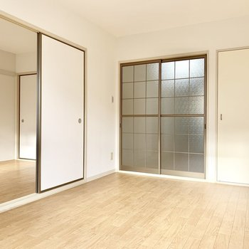【南側洋室】引き戸で間仕切りもできますよ。※写真は前回募集時のものです