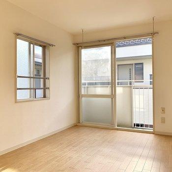 【南側洋室】窓が2面にあって風通しも良好です。※写真は前回募集時のものです