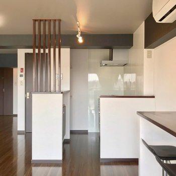 キッチンは箱のように仕切られています。冷蔵庫はテーブルとの間に置くのがよさそう。