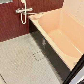 お風呂は赤と黒でムーディな雰囲気。